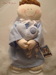 Delicado Anjo da Guarda em tecido , com aplicação de bordado com nome do bebê, tag com oração e mini terço. Confeccionamos em outras cores ! Consulte-nos : atendimento@maribijoux.com.br R$78,00