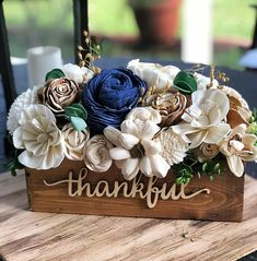 Sola Wood Flowers, Wooden Flowers, Diy Flowers, Wedding Flowers, Flower Diy, Flower Ideas, Wood Box Centerpiece, Flower Centerpieces, Crafts To Sell