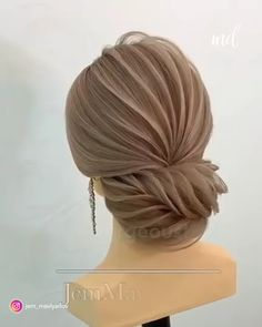 This wedding hairstyle looks like a leaf and we're loving it!🍃 Cette coiffure de mariage ressemble à Braided Hairstyles Updo, Cute Hairstyles For Medium Hair, Loose Hairstyles, Bride Hairstyles, Simple Hairstyles, Russian Hairstyles, Hairstyles Videos, Hair Up Styles, Medium Hair Styles