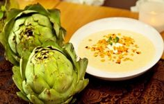 Kronärtskockssoppa med getost och rostad majs är gott både på sommaren och hösten. Denna är toppad med getost och rostad