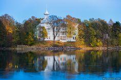 taivasalla.net - Under the Open Sky - October 2014. Helsink, Finlandi: Villa Kivi seen over Töölönlahti inlet on a cold autumn evening.