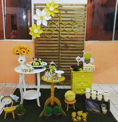 Festa tema abelhinha #festaabelhinha Baby 1st Birthday, Alice, Decoration, Party, Bumble Bee Birthday, Bee Party, Wedding Decoration, Honey, Fiestas