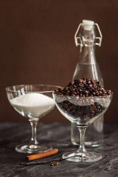 Milujete tiramisu nebo koktejly připravené z kávového likéru? Zkuste si ho vyrobit doma! Samotná příprava vám zabere jen pár minut, a navíc budete mít jistotu, že je z kvalitních surovin. Takže na zdraví!
