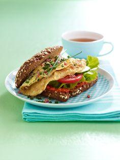 Start in den TagEin gesundes Frühstück ist Pflicht! Auf unserem Frühstückstisch: ein knuspriges Vollkornbrötchen, ein fruchtiges Müsli und