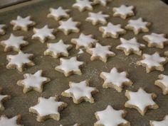 Zimtsterne  http://www.family-cookies.de/2014/12/pamk-knuspern-unterm-weihnachtsbaum-eine-neue-runde-und-ich-bin-nicht-nur-mit-zimtsternen-dabei/