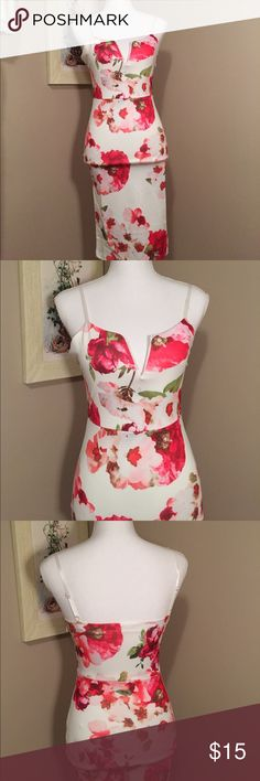 ⭐️NWOT⭐️Floral printed dress Very form fitted with a lot of stretch. Side zipper. NWOT --dress was too small for me. It's a size small but could also fit an extra small. Best for size 2-4. Knee length. Awesome front with boning in the chest. White, red, pink with some green. Dresses Midi