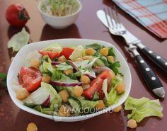 Салат с нутом, помидорами и огурцами