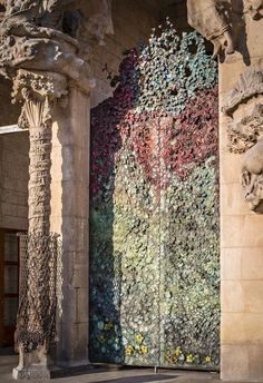 La primera de las cuatro puertas del escultor japonés Etsuro Sotoo que formarán la fachada del Nacimiento de la basílica de la Sagrada Familia de Barcelona.