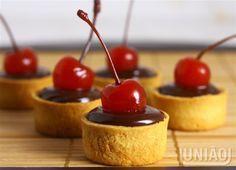 MINI TORTA DE CHOCOLATE                                                                                                                                                      Mais Mini Tortillas, Mini Desserts, Delicious Desserts, Portuguese Desserts, Chocolate Shop, Macaron, Pretty Cakes, Confectionery, Mini Cakes