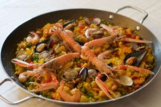 Gustosa e ricca paella di pesce con seppie, cozze, vongole, gamberi, scampi e verdure. Around The World Food, Couscous, International Recipes, Ratatouille, Biscotti, Baking, Ethnic Recipes, Party Time, Foods