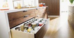 Dicas fantásticas para você aproveitar melhor o espaço da gaveta de cozinha em sua cozinha planejada.