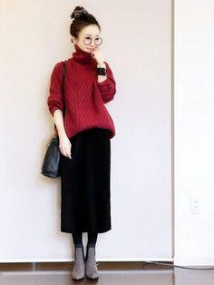 熟成したワインのようなボルドーカラーのボリューミーなニット。ボトムは相性のいい黒のロングタイトスカートでスッキリ&エレガントに。