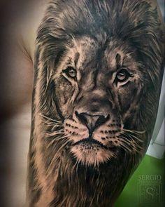 Tatuaje de un león de estilo black and grey situado en el brazo superior izquierdo.