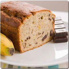 This is baking in the oven right now...... Banana Chocolate Bread (english version) - amantesdelacocina