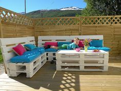 Pallet Couch...cute and easy for an outdoor patio :-)