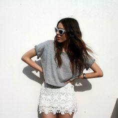 #stealthelook #look #looks #streetstyle #streetchic #moda #fashion #style #estilo #inspiration #inspired #saia #renda #guipire #camiseta #branco #cinza