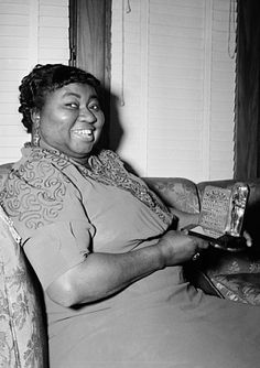 Hattie McDaniel (June 1895 - October The beautiful Academy Award-winning Actress holding her GONE WITH THE WIND Oscar for Best Supporting Actress, at home in Los Angeles, California circa 1940 Black Actresses, Black Actors, Black Celebrities, Actors & Actresses, Hollywood Actresses, Celebs, Hollywood Glamour, Classic Hollywood, Old Hollywood