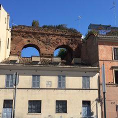 O restinho de uma muralha romana em cima do telhado de uma casa. #roma #rome #receitaitaliana #receitas #receita #recipe #ricetta #cibo #culinaria #italia #italy #cozinha #belezza #beleza #viagem #travel #beauty