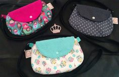 https://www.facebook.com/vickartes/  Conheça meus produtos! Bolsa clutch, confeccionada em algodão, forrada, com alça em brim. Fechamento com botão de pressão