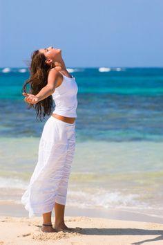 اطلقي يديك فيى الهواء .. وافتحي قلبك للأمل .. وتنفسي نور الحياة .. وانفسي من صدرك آثار الظلام .. فأنت الفجر والشعر والنثر ونبض الكلام