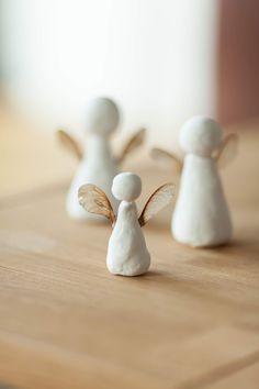 DIY fine angels out of modeling clay and maple seeds. WOHN:PROJEKT Blog | DIY schlichte Engel aus Modelliermasse und Ahornsamen.