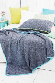 Hauskan eläväinen pintaneule antaa harmaalle peitolle ja tyynylle eloa! Vie koko setti mukanasi mökille tai anna vaikka lahjaksi. Big Knit Blanket, Knitted Blankets, Easy Knitting Patterns, Knitting Projects, Blanket Patterns, Free Knitting, Knit Pillow, Plaid, Pillow Forms
