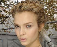 Tutorial: De perfecte 'milkmaid braids' voor meiden met kort haar