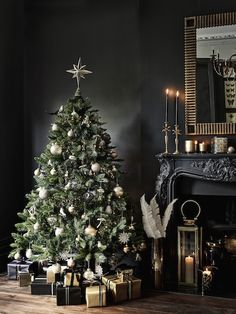 christmas tree design Dark tones and festive interior: why not Christmas Tree Design, Beautiful Christmas Trees, Noel Christmas, Christmas Tree Decorations, House Decorations, Christmas Tree Ideas, Christmas Tree And Fireplace, Luxury Christmas Tree, Ornaments Ideas