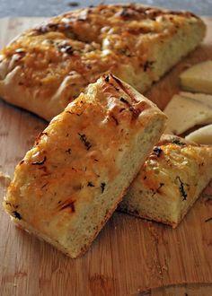 La focaccia de cebolla dulce es un pan plano y esponjoso lleno de sabor, y debo recalcar que es uno de mis favoritos por sabroso y sencillos de preparar. Una de las maravillas de la focaccia es su versatilidad ya que con la misma base se pueden hacer una enorme cantidad de sabores. Delicious Cookie Recipes, Yummy Food, Quiches, Pan Dulce, Pan Bread, Brunch, Galette, Food 52, Dairy Free Recipes