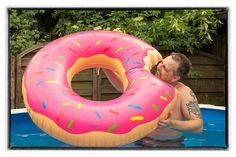 Uii, da war aber einer Hungrig! 😮😁  Wir hatten heute bestes Wetter, dieses konnten wir sogar für einen neuen Test nutzen! Das Aufblasbare-Pool-Spielzeug ist einfach super witzig! Wer findet denn die aufblasbaren Einhörner toll? Eines werden wir euch auch demnächst im Blog vorstellen. Wäre das auch was für euch?   #pool #donut #pooldonut #summer #sommer #poolspielzeug #poolday #Sonne #warm #Abkühlung #Erfrischung #schwimmreifen