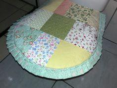 Tapetes para banheiro composto por duas peças  1 tapete para frente da pia  1 tapete para tampa do vaso sanitário  Todo de patchwork  Pode ser lavado na maquina