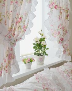Remarkably Pretty Shabby Chic Bedroom Layout as well as Style Tips - Unique shabby chic yellow bedroom for your cozy home - Shabby Chic Yellow Bedroom, Shabby Chic Mode, Shabby Chic Living Room, Shabby Chic Bedrooms, Shabby Chic Style, Bedroom Yellow, Cortinas Shabby Chic, Shabby Chic Curtains, Vintage Kitchen Curtains