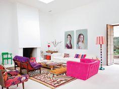 C'est incroyable de voir à quel point le style ibicenco connaît un tel succès. Souvent traité dans des tons neutres, cette maison ose les couleurs pêchues.