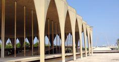 Um dos edifícios projetados por Oscar Niemeyer na Feira Internacional Rashid Karami,  lembra a fachada do Palácio Itamaraty, em Brasília, no Brasil (com a diferença de que, em Trípoli, os arcos são pontiagudos, em uma interessante semelhança com a estrutura das mesquitas mamelucas da cidade). Em Trípoli, Líbano.  Fotografia: Marcel Vincenti/UOL.