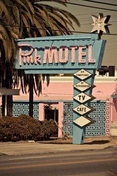 (via Retro Motels / Classic 50's-60's Pink Motel sign)