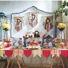 Há muitas e lindas ideias de decoração de varanda para festa junina (Foto: pinterest.com) Grad Parties, 1st Birthday Parties, Happy Birthday, Diy And Crafts, Arts And Crafts, Catering Display, Celebrate Good Times, Craft Show Displays, Party Decoration