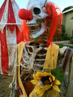 Halloween skeleton clown inspiration from Haunt Forum member daytime photo. That's pretty dang creepy. Clown Party, Halloween Clown, Freakshow Halloween, Halloween Karneval, Hallowen Costume, Holidays Halloween, Halloween 2020, Halloween Cubicle, Circus Party