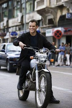 Matt Damon sur sa moto pendant un tournage