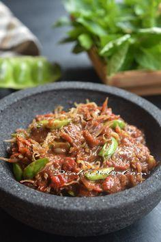 Sambal Terasi Petai & Teri Medan Indonesian Sambal Recipe, Indonesian Cuisine, Indonesian Recipes, Spicy Recipes, Asian Recipes, Cooking Recipes, Ethnic Recipes, Malaysian Cuisine, Malaysian Food