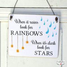shabbyflair Holzschildmit der Aufschrift: When it rains look for RAINBOWS - When it's dark, look forSTARS, was auf deutsch überstezt bedeutet