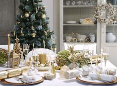 Christmas crackers, white, silver, gold...