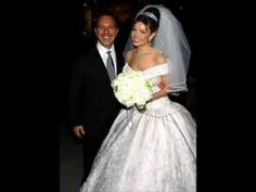 Tommy Mottola and mexican singer Thalia in their wedding day! Tommy Mottola, Thalia, Short Veil, Ball Gown Dresses, Designer Wedding Dresses, Celebrity Weddings, Cute Couples, Wedding Day, Flower Girl Dresses