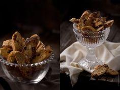 Кантуччи – миндальное печенье – больше похоже на сухарики с цельными ядрами миндального ореха. Традиционно кантуччи обмакивали в сладкое вино....