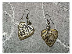 Pendientes en forma de corazón Metal dorado con textura de raíces Resina de poliester en la parte trasera