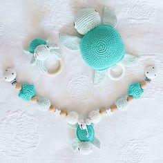 Ein komplettes Schildkröten-Set in Mint-Grün  Die Farben sind sowohl für Jungs als auch Mädels geeignet und daher glaube ich auch so beliebt bei euch ☺ #häkelnisttoll #häkeln #spieluhr #baby #crocheting #häkelliebe #schildkröte #spieluhr #schildkrötenset #babyset #liebe #rassel #grün #liebe #love #kinderwagenkette