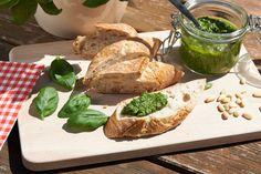 Frisches Pesto aus knackigem Karottengrün mit Basilikum Arbeitszeit: 30 Min Schwierigkeitsgrad: einfach