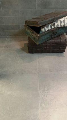 Vtwonen vloertegel loft Grey fuse 60x60 icm stroken van dezelfde tegel tegen de wand verwerkt.