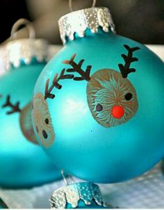Fingerprint reindeer ornament. So simple to do, yet so genius at the same time! #ParentsCrafts