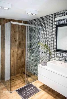 Aranżacja łazienki z geometryczną mozaiką