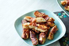 Försvinnande god liten förrätt med fin sälta att stilla hungern med medan gästerna väntar på maten. Bacon och halloumi i skön förening! Superenkel att göra.